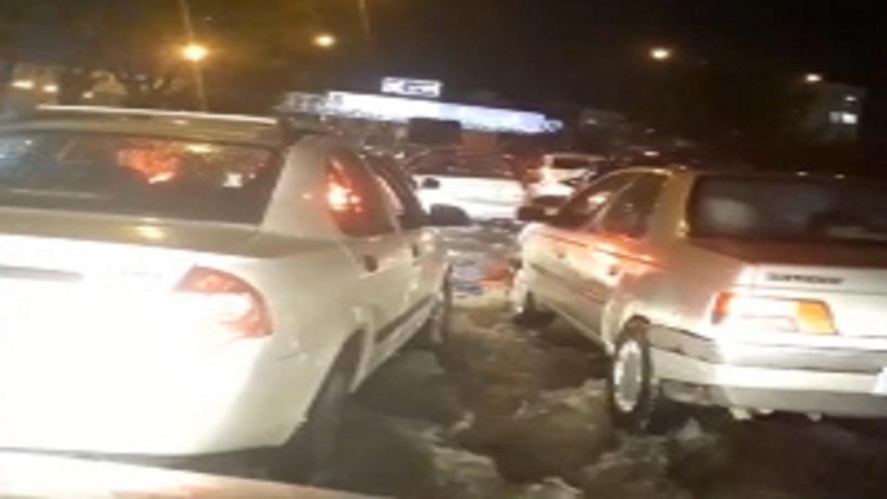 آبگرفتگی و گرفتار شدن خودروها در اتوبان بسیج + فیلم