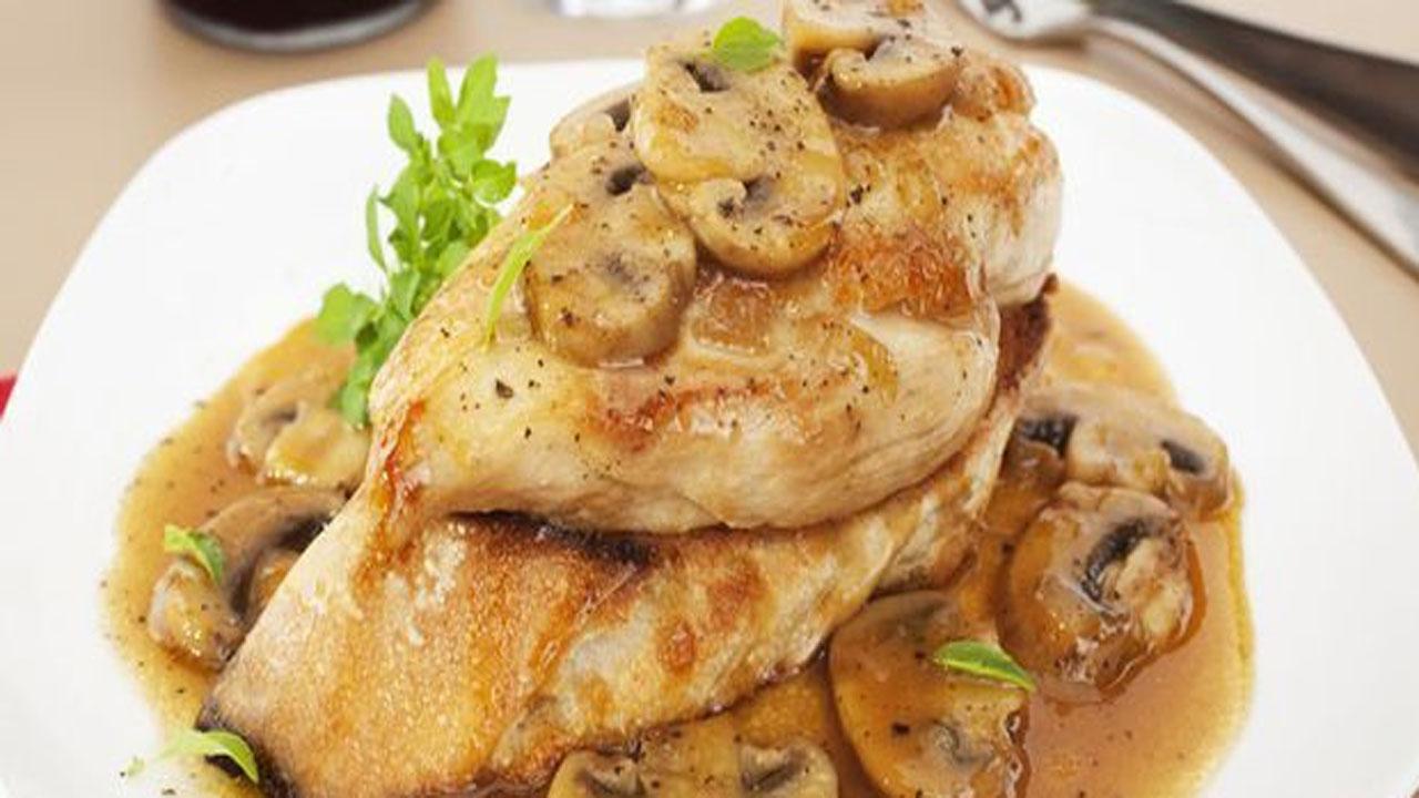 استیک مرغ با سس قارچ، خوشمزه و لذیذ