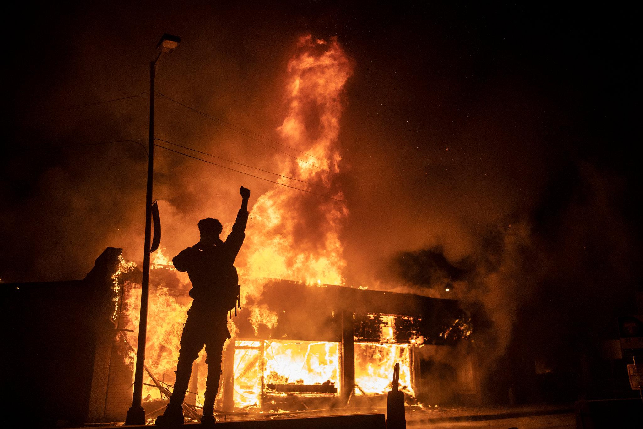 خشم مردم آمریکا از رفتار نژادپرستانه پلیس/ ادامه تظاهرات در شهرها و ایالتهای مختلف