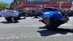 زانو زدن پلیس نیویورک در مقابل مردم معترض + فیلم