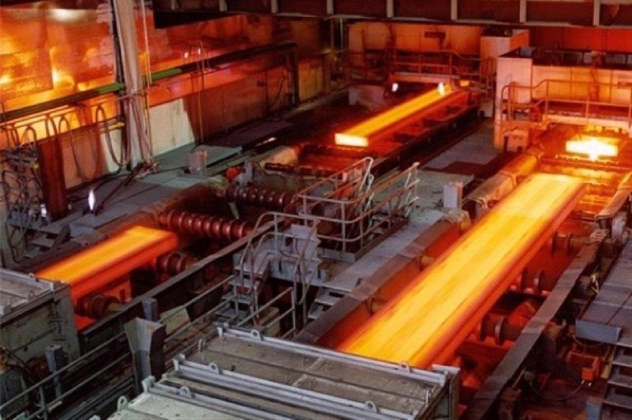 خروج تیرآهن از خط تولید ذوب آهن اصفهان با دمای ۱۳۰۰درجه سانتیگراد+فیلم