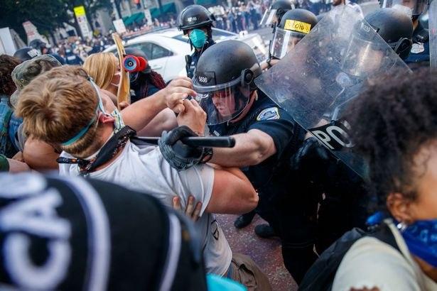 اعتراضات به نژادپرستی در آمریکا ادامه دارد/ حمله پلیس به معترضان در اطراف کاخ سفید+ فیلم