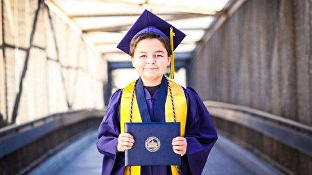 نابغه ۱۳ ساله با ۴ مدرک دانشگاهی که عاشق بازیهای ویدئویی است + تصاویر