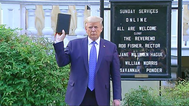 اقدام ترامپ در بالابردن کتاب انجیل مقابل دوربینها