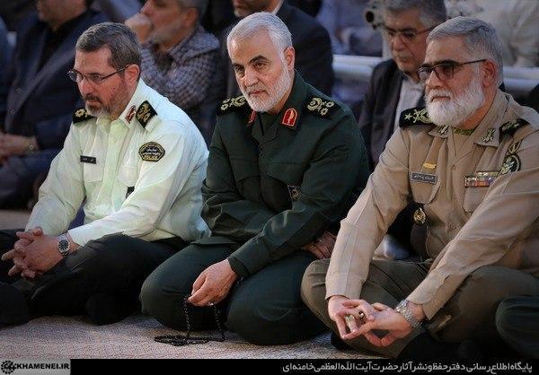 تصویری از شهید سلیمانی در مراسم بزرگداشت رحلت امام خمینی(ره)  در سال ۹۸