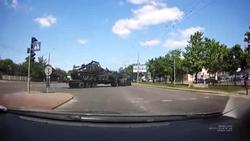 پایین افتادن تانک ۳۰ تنی ارتش از روی تریلی + فیلم