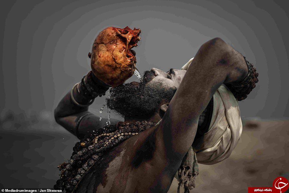 اعمال عجیب آدم خواران هندی؛ از خوردن گوشت مُرده تا نوشیدن آب با جمجمه سر انسان!
