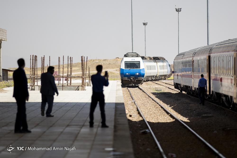 قطار برقی در مسیر تهران مشهد