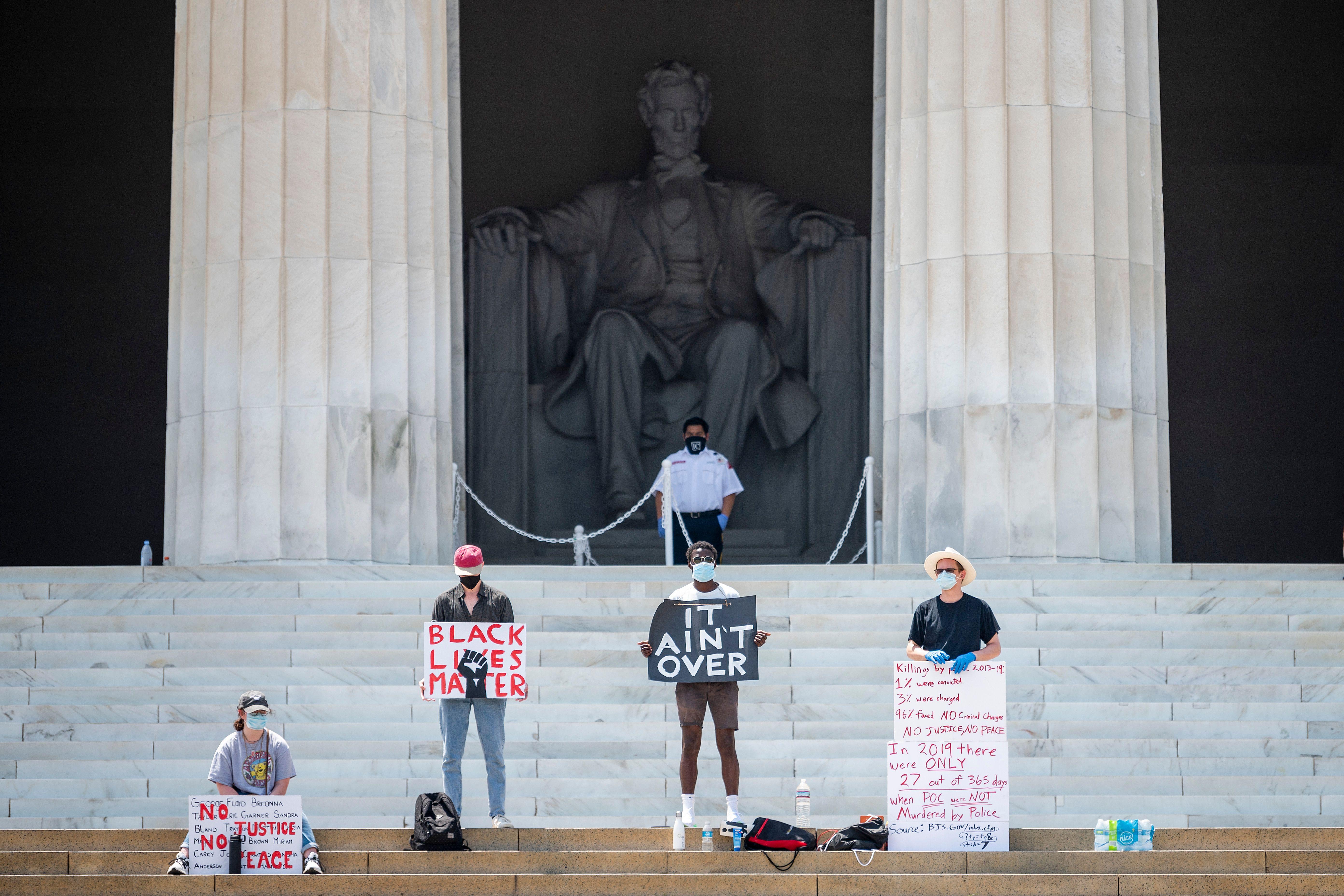 آمریکاییها همچنان به اعتراضات خود ادامه میدهند/ تداوم تظاهرات در مقابل کاخ سفید