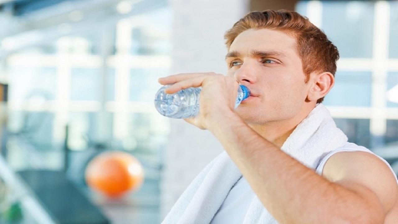 نوشیدن آب در ورزش کردن
