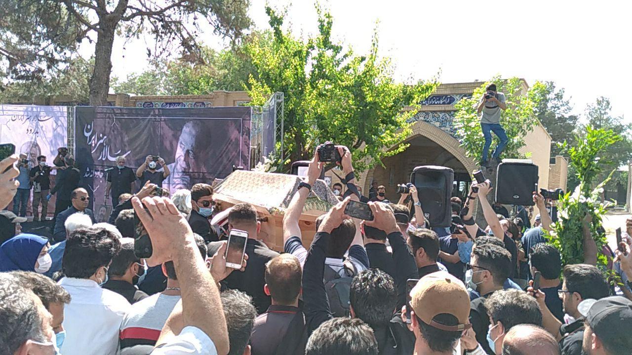 آغاز مراسم تشییع محمد علی کشاورز