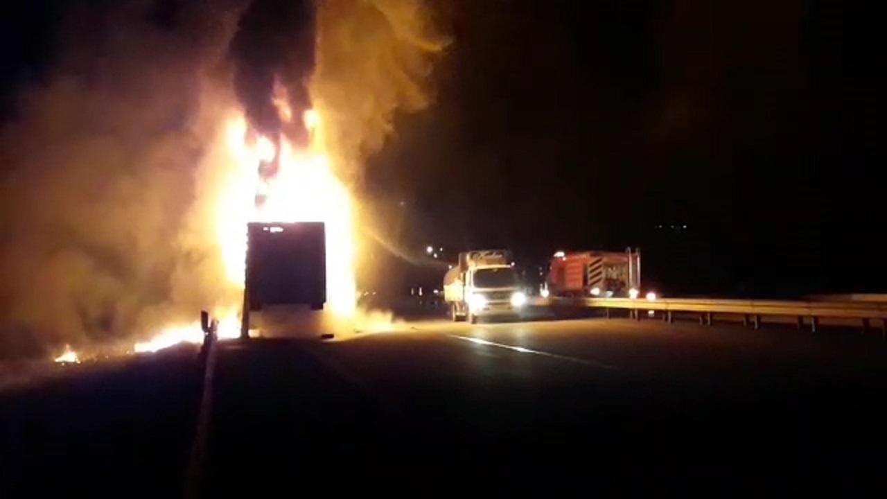 آتش گرفتن تریلی حامل بار لاستیک در بستانآباد + فیلم