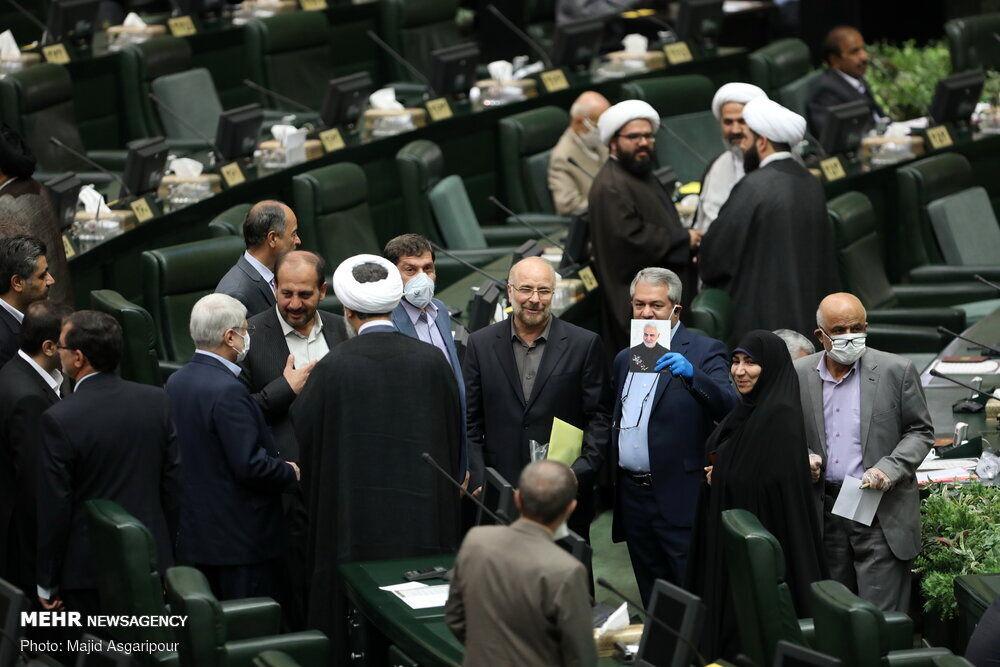 تصویر خندان سردار سلیمانی در دستان نمایندگان جدید مجلس یازدهم