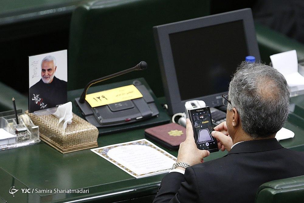 تصویر خندان سردار سلیمانی در دستان نمایندگان مجلس یازدهم