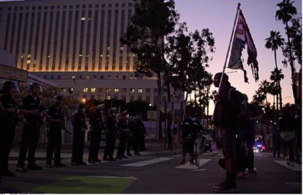 فوران خشم مردم از رفتار بی رحمانه پلیس آمریکا / معترضان پرچم آمریکا را به آتش کشیدند