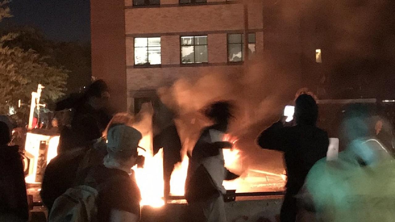 یورش معترضان آمریکایی به مرکز پلیس+ فیلم و تصاویر