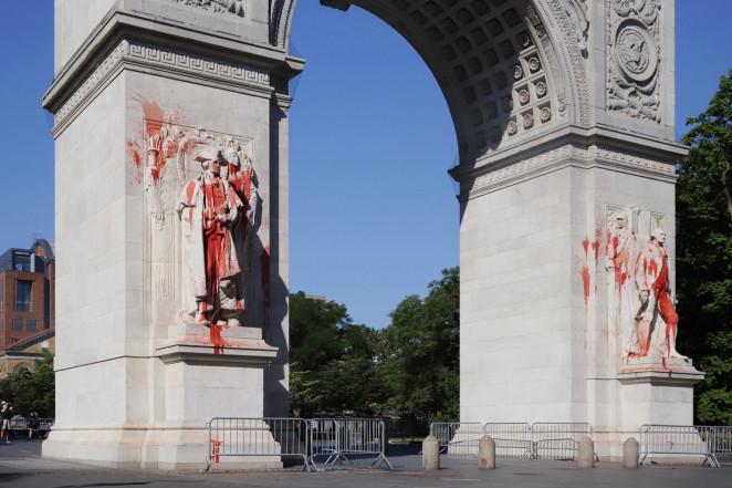 پاشیدن رنگ قرمز به مجسمه اولین رئیسجمهور آمریکا در نیویورک+ تصاویر