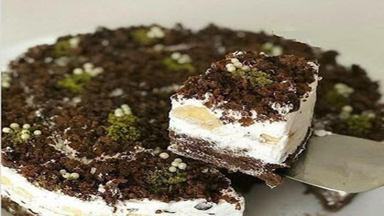 طرز تهیه کیک شکلاتی با روکش موز و خامه