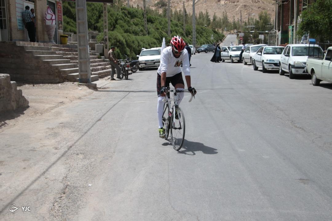 دوچرخه سواری که ۲۵۰ کیلومتر به عشق حاج قاسم رکاب زد