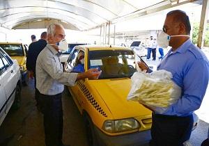 توزیع ماسک رایگان بین رانندگان تاکسی در اهواز/ خودروها گندزدایی میشوند