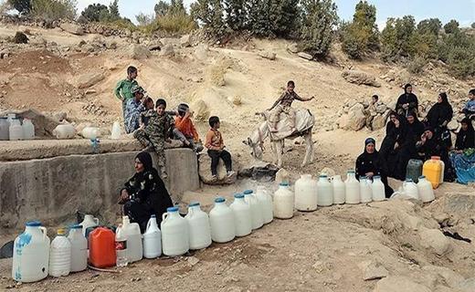 مردم منتظر برای دریافت آب در چابهار