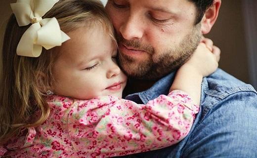 در آغوش گرفتن دختر