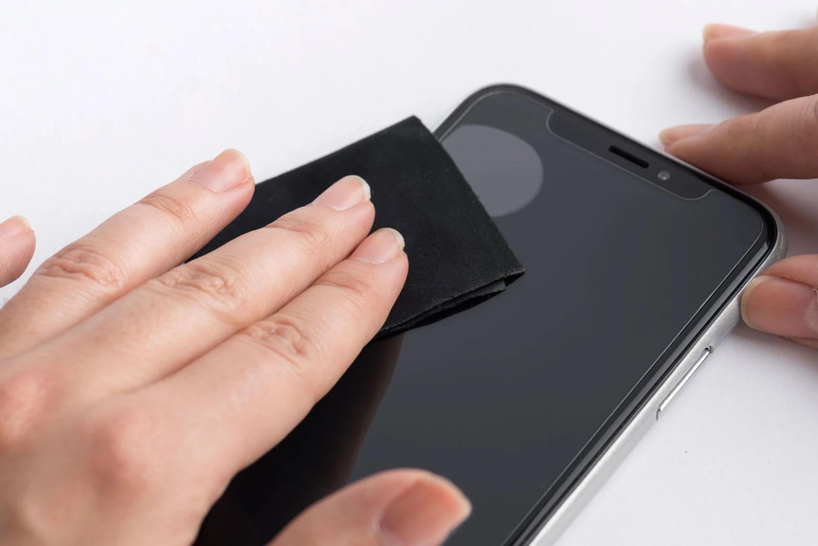 چگونه محافظ صفحه نمایش گوشی را در خانه نصب کنیم؟