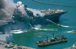 ناوهواپیمابر آمریکا دچار انفجار و آتش سوزی شد+ عکس و فیلم