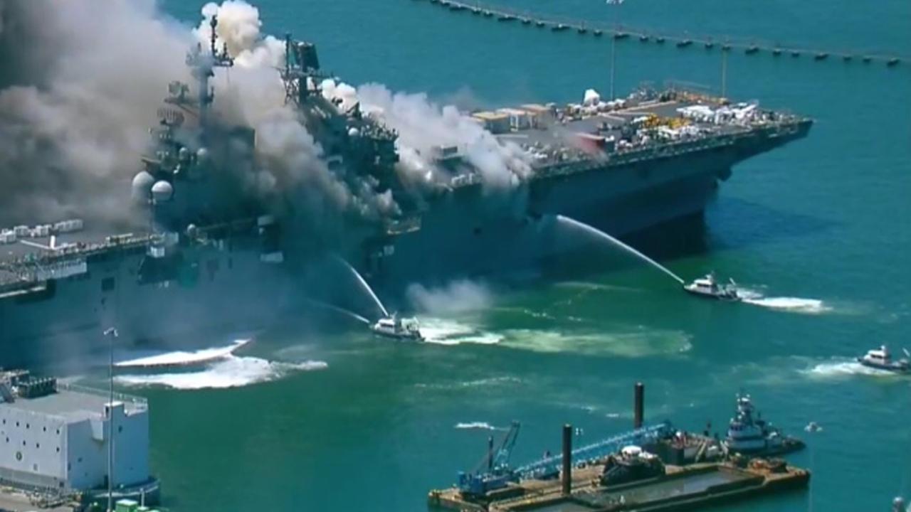 کشتی جنگی آمریکا دچار انفجار و آتش سوزی شد+ عکس و فیلم