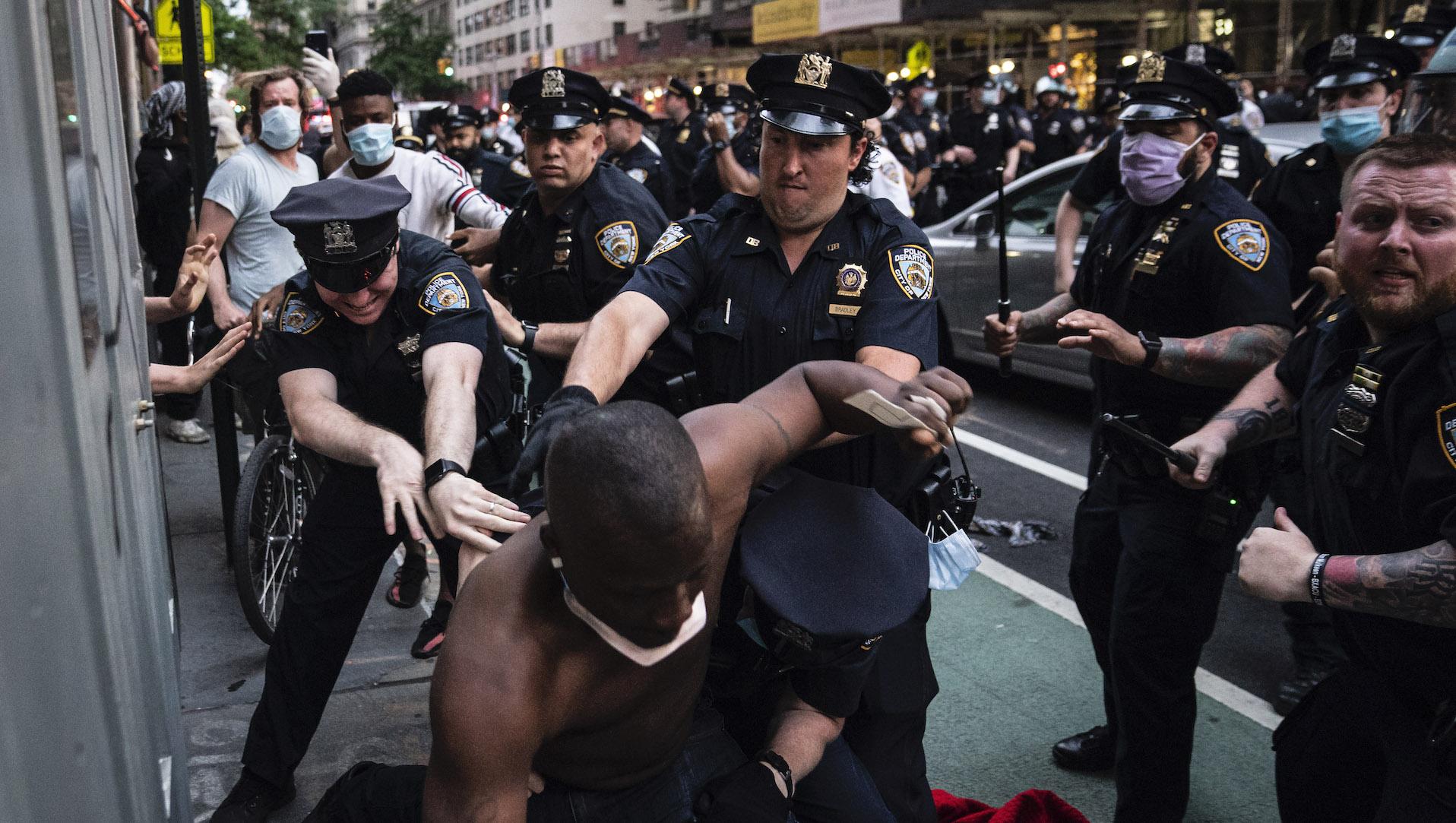 درگیری میان مردم و پلیس شیکاگو بر سر پایین کشیدن مجسمه کریستف کلمب
