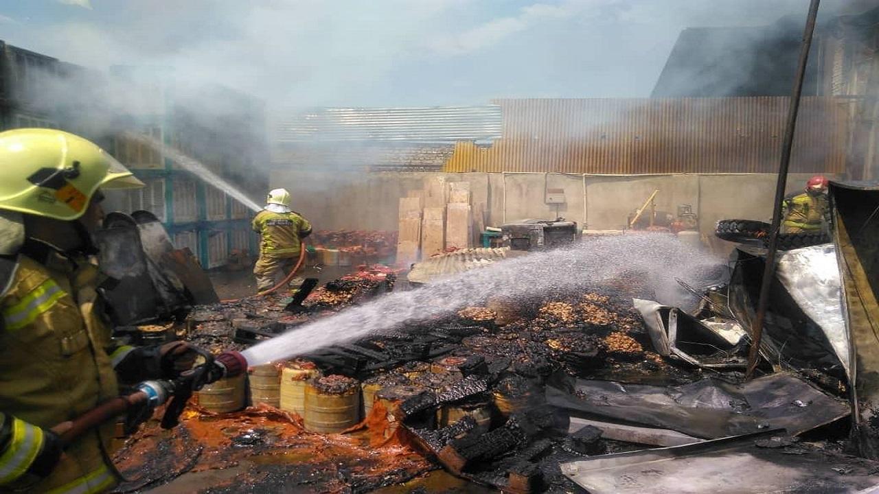 آتش سوزی گسترده در انباری در خیابان فداییان اسلام