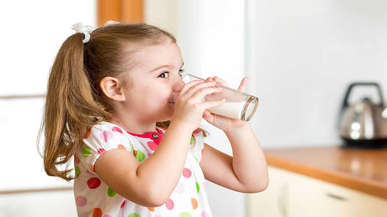 12328228 869 - ترفندهایی برای علاقهمند کردن کودکان به نوشیدن شیر