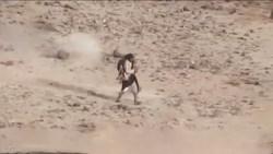 فداکاری مثال زدنی رزمنده انصارالله در نجات جان همرزمش در زیر آتش مزدوران سعودی + فیلم