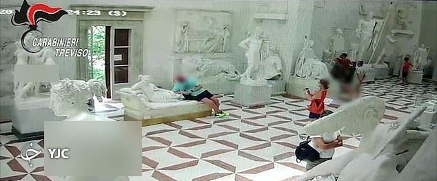 اقدام عجیب گردشگر استرالیایی در داخل موزه تاریخی!