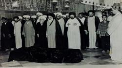 فیلمی کمتر دیده شده از مراسم خاکسپاری آیت الله خویی با حضور آیت الله سیستانی