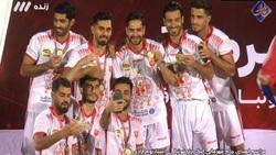 لحظه اهدای جام پوکر قهرمانی پرسپولیس به سیدجلال حسینی