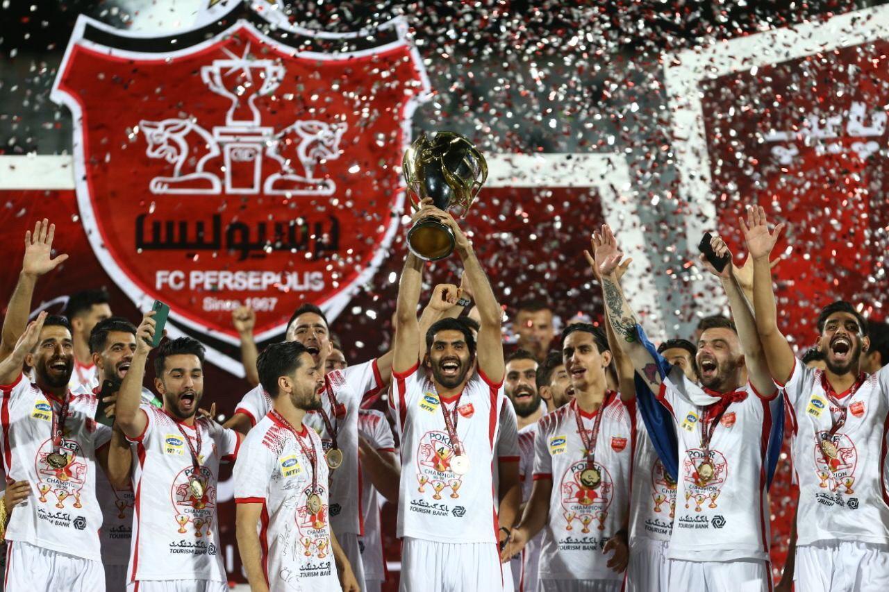 لحظه اهدای جام پوکر قهرمانی پرسپولیس به کاپیتان سیدجلال حسینی