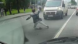 عاقبت بی توجهی زن روس هنگام عبور از عرض خیابان + فیلم