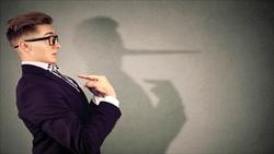 ۷ حرکت ناخودآگاه که دروغگوها را لو میدهد