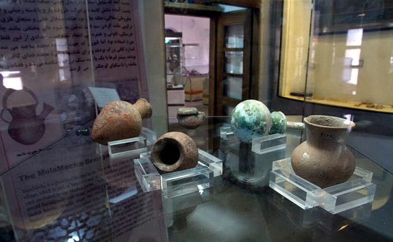 اهدای پنج اثر فرهنگی به موزه تویسرکان