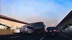 باشگاه خبرنگاران - واژگونی هولناک دو خودرو پس از برخورد با یک کامیون + فیلم