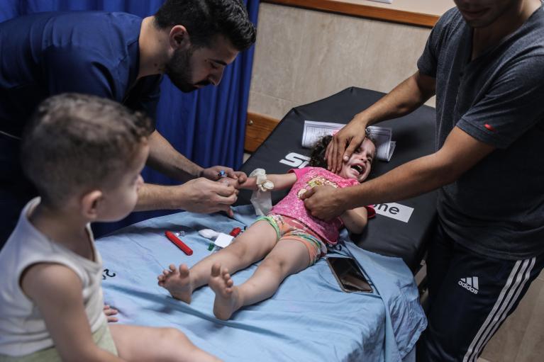 ترکش حملات هوایی جنگندههای رژیم صهیونیستی روی صورت دختر سه ساله+ عکس
