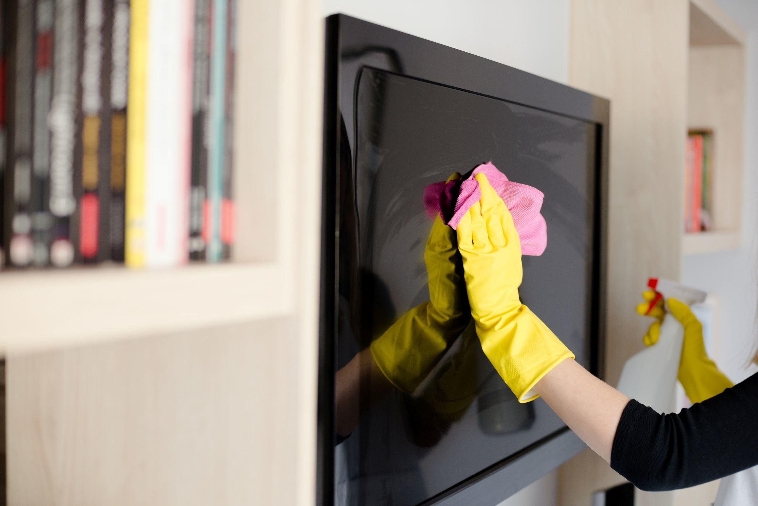 اشتباهات رایج شما در هنگام تمیز کردن تلویزیون؛ این کارها را با تلویزیونتان نکنید!