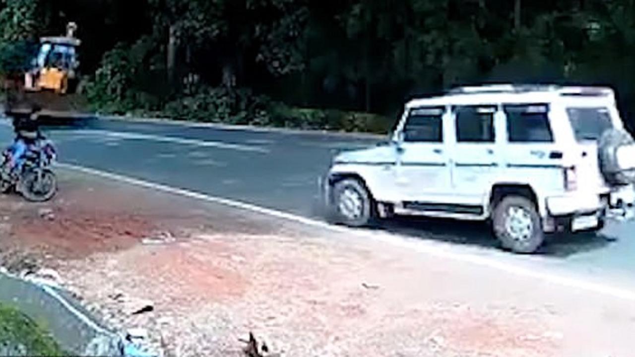 فیلم|فرار باورنکردنی راننده موتورسیکلت از تصادف وحشتناک!