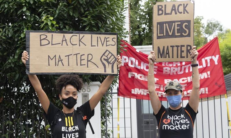 معترضان به نژاد پرستی در لندن: سال 2020 پایان جهان نیست شروع یک جهان جدید است.