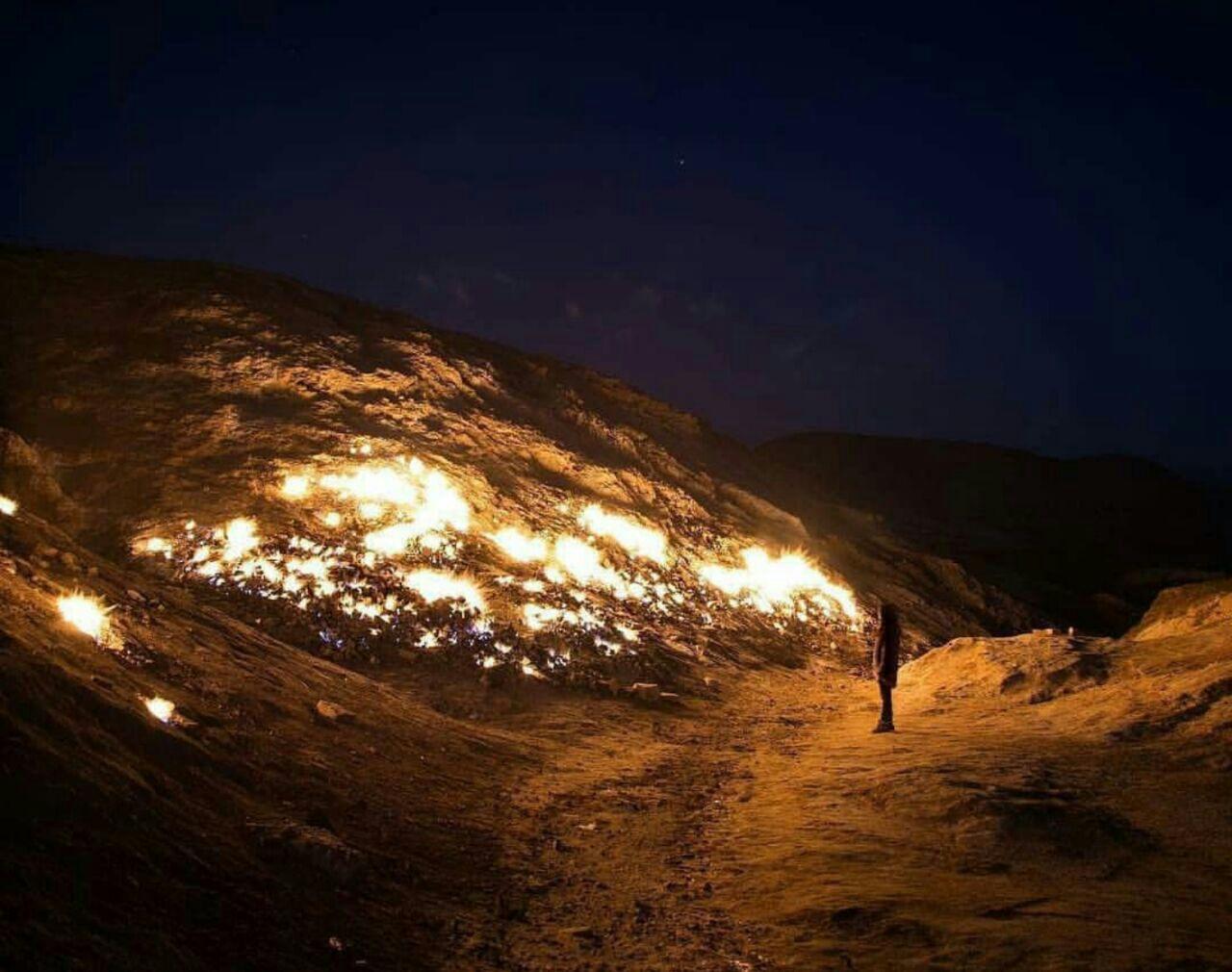 فردی در حال نظاره کوه آتش