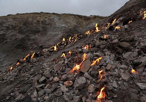 کوهی در رامهرمز که از دل آن آتش بیرون می جهد