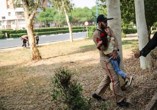 نجات کودکان از سوی سربازان در حمله به رژه اهواز