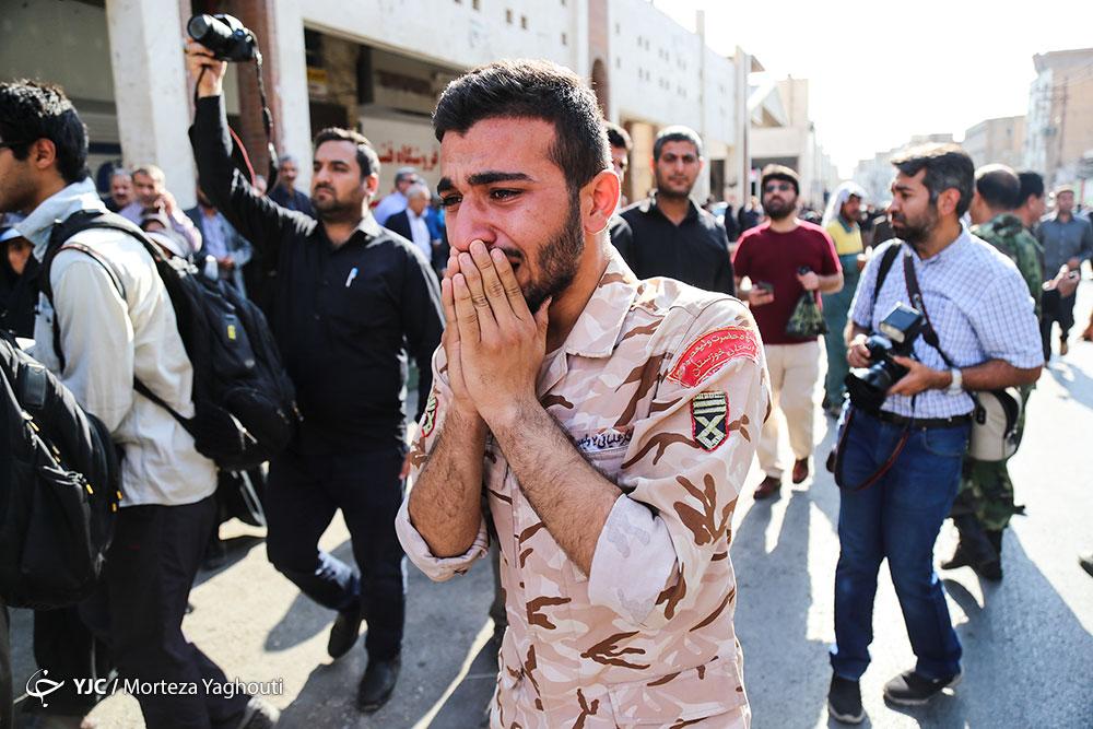 گریه یک سرباز برای همرزمان شهیدش در حمله تروریستی به رژه اهواز