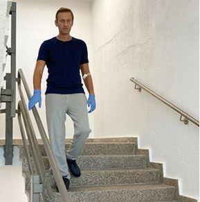 ناوالنی عکسی از خود هنگام خروج از بیمارستان منتشر کرد+ تصویر